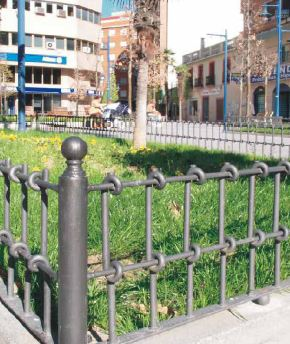 Low fences forging for urban gardens